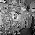 Jongen aan het schilderen, Bestanddeelnr 252-8958.jpg