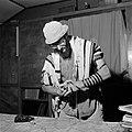 Joodse man met een hoedje op en een gebedsmantel om bezig met het aanleggen van , Bestanddeelnr 255-4703.jpg