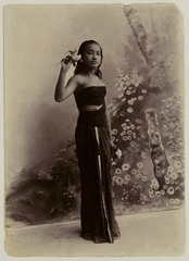 KITLV 28915 - Kassian Céphas - Young Javanese woman in the photo studio of Céphas at Yogyakarta - Around 1900.tif