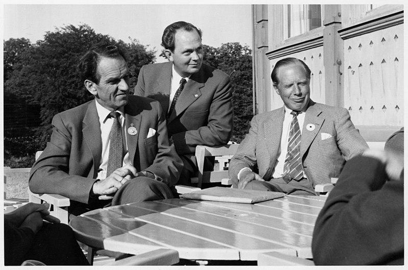 File:Karl Bo, Johannes Antonsson och Lars Eliasson - Fikapaus i överläggningarna 1969 (11309753816).jpg