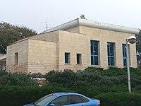 Kfar Vradim Zentralsynagoge v. Rechov Snir.jpg