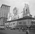 Kledingwinkel Bond Clothes op Times Square, gezien richting Broadway, Bestanddeelnr 191-0809.jpg