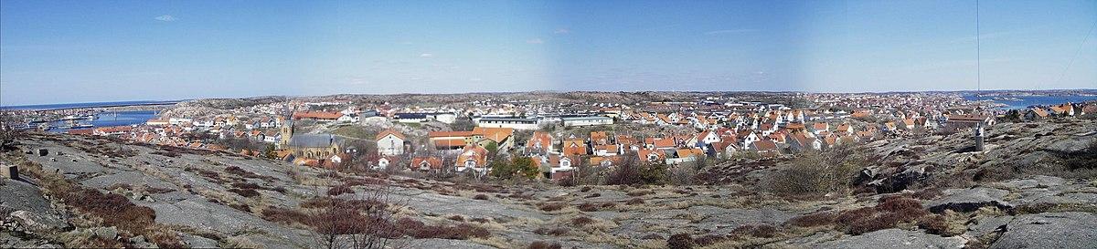 Billede tagene nordpå over Kongehavn.   Længst til venstre ser man Hasselösund og Smögenbron, til venstre om kirken ligger Gravarne og Sandbogen.   Længst bort i midten ligger Bäckevik, straks højre hvis der ligger Væggakassen.   På spidsen næstlængst til højre ligger Valberget og allerlængst til højre ses en del af Fisketangen.   Ved horisonten til højre skimter Preemraff Lysekils skorstene.
