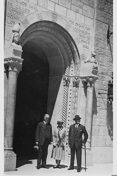 File:LORD AND MRS. ALENBY AND DR. JOHN R. MOTT (L) AT THE ENTERANCE TO THE NEW Y.M.C.A. BUILDING, IN JERUSALEM. הלורד אלנבי אדמונד היינמן והגב' אלנבי מלוויD635-108.jpg