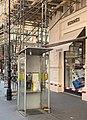 Lampadaire, cabine téléphonique, échafaudage et boutique Hermès à Vienne en août 2019.jpg