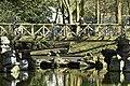 Le pont rustique et ses faux rochers (26284521016).jpg