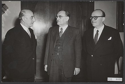 Prime Minister of Greece Alexandros Papagos, Prime Minister Willem Drees and Minister for Foreign Affairs of Greece Stefanos Stefanopoulos at the Ministry of General Affairs on 2 February 1954. Maarschalk Alexandros Papagos (links), premier van Griekenland, ontvangen door m, Bestanddeelnr 091-0891.jpg