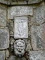 Madonna del Monte - Brunnen mit Maske und Kruzifix 1698.jpg