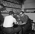 Man wordt getatoeëerd door tatoeëerder Jack terwijl links een man toekijkt, Bestanddeelnr 252-9236.jpg