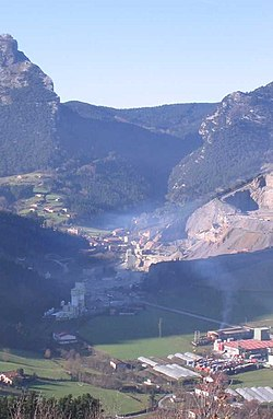 Mañaria owerview, the quarry in the richt