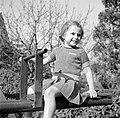 Meisje op een wip, Bestanddeelnr 252-0276.jpg