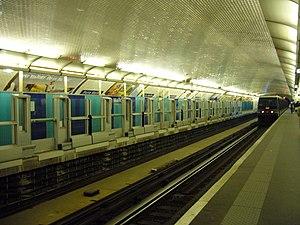 Porte Maillot (Paris Métro) - Image: Metro Paris Ligne 1 Porte Maillot Installation facades de quai (7)