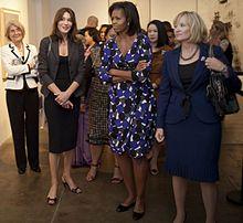 a00699440e0c0d Carla Bruni-Sarkozy avec les épouses des dirigeants des pays du G20, en  2009.