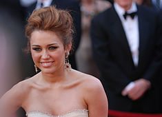 Miley Cyrus @ 2010 Academy Awards.jpg