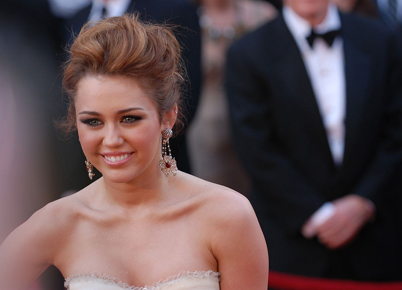 File:Miley Cyrus @ 2010 Academy Awards.jpg