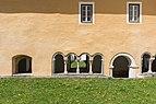 Millstatt Benediktinerstift Kreuzgang SO-Ansicht Viererarkaden mit Portal 20042015 2317.jpg
