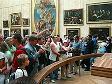Mona Lisa visitors-Louvre-20050821.jpg