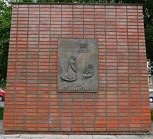 Monumento dedicato a Willy Brandt a Varsavia poco lontano dal Monumento agli eroi del Ghetto