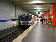 Munich - U-Bahnhof Giselastraße, platform with train.jpg