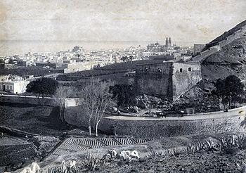 Castillo de Mata en 1893 con la Muralla de Las Palmas a su derecha y al fondo la Catedral de Canarias.