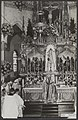 Na afloop van de bisschopswijding besteeg mgr. Jansen in vol ornaat het altaar o, Bestanddeelnr 091-0473.jpg
