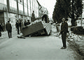 Nesreča ob nalaganju tovornjaka na pločniku pred Modno hišo ob Partizanski cesti v Mariboru 1964.jpg