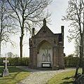 Overzicht van de voorzijde van de kapel op de begraafplaats - Wehe-den Hoorn - 20386738 - RCE.jpg