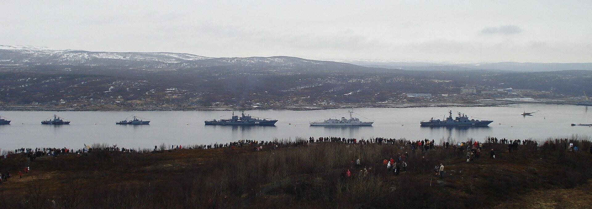 القوة البحرية الروسية تحديث الأسلحة والقواعد وتعزيز الانتشار 1920px-Parad_korabley