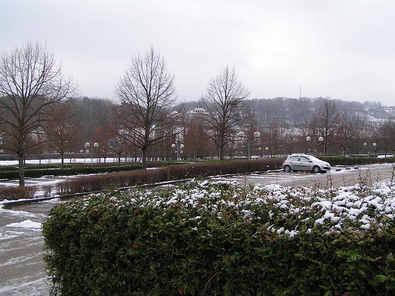 Vue sur le parking du domaine universitaire de Besançon (Doubs, France).