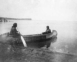 Mujeres chippewa en una canoa, en el Lago Leech.