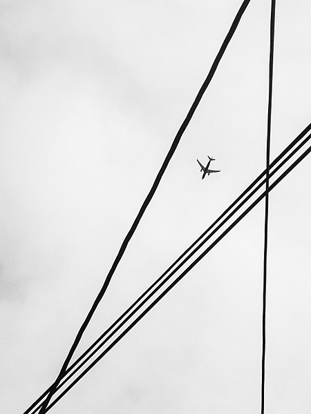 מטוס בין חוטי חשמל