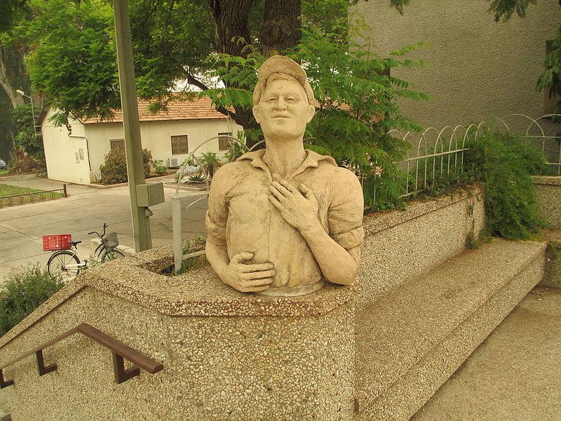 פסל של דניאל מדאר-הלוי בקיבוץ נען