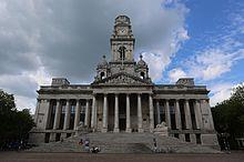 Fronto renkontante vidon de la Portsmouth Gildohalo kaj la ĉirkaŭa Civic Offices.