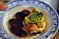Poussin med braiserede rødbeder, kålchips og foie gras-sauce (8485890597).jpg
