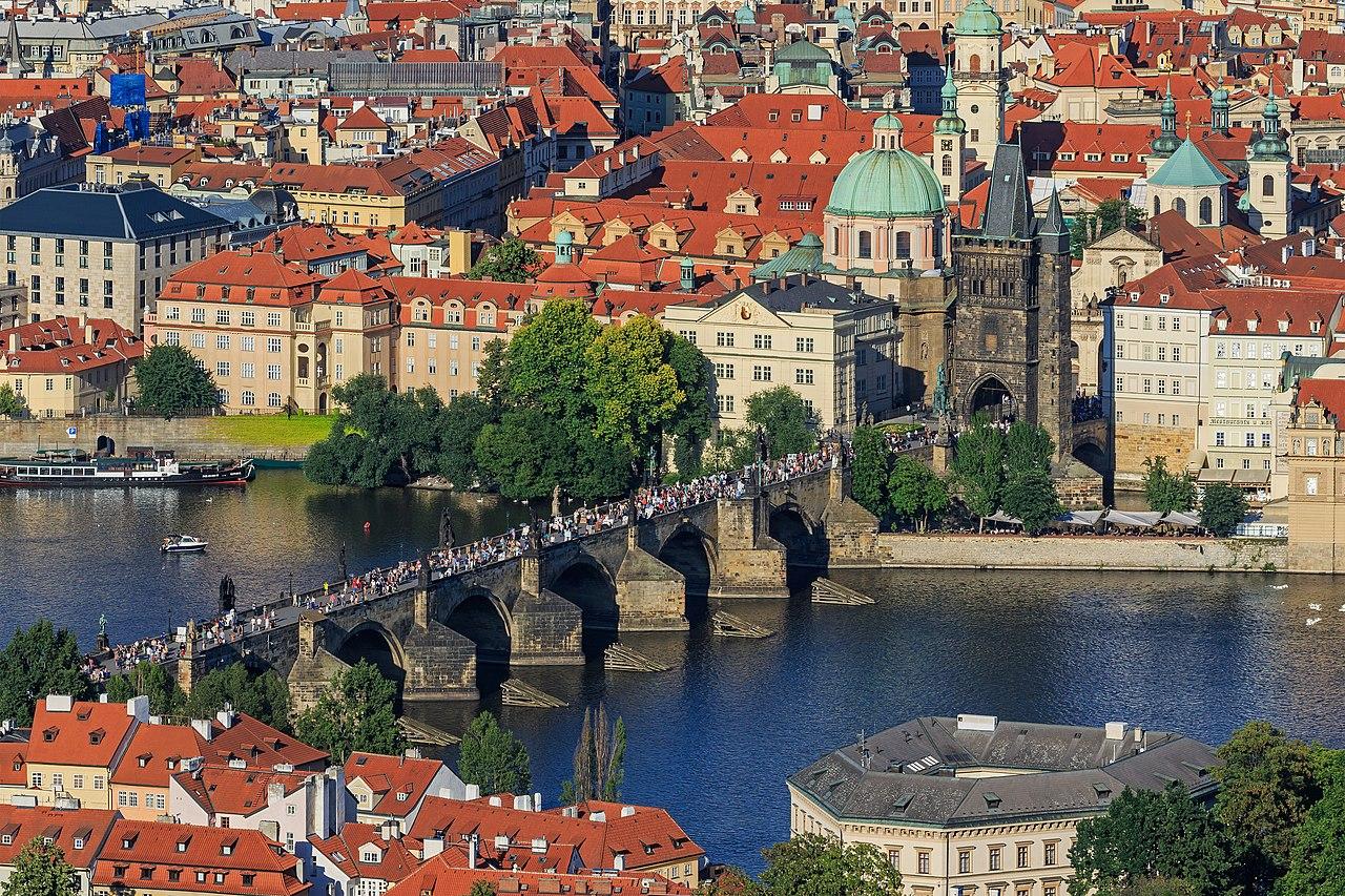 Le pont Charles, sa tour gothique et l'église Saint-Nicolas, dans la Vieille Ville de Prague, vus de la tour de Petřín.  (définition réelle 5021×3347)