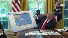 Archivo: El presidente Trump recibe una actualización del huracán Dorian.webm