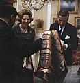 Prinses Beatrix en prins Claus krijgen geschenk aangeboden, Bestanddeelnr 254-7526.jpg