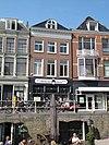 foto van Pand met twee verdiepingen met geblokte kroonlijst en dak met voorschild