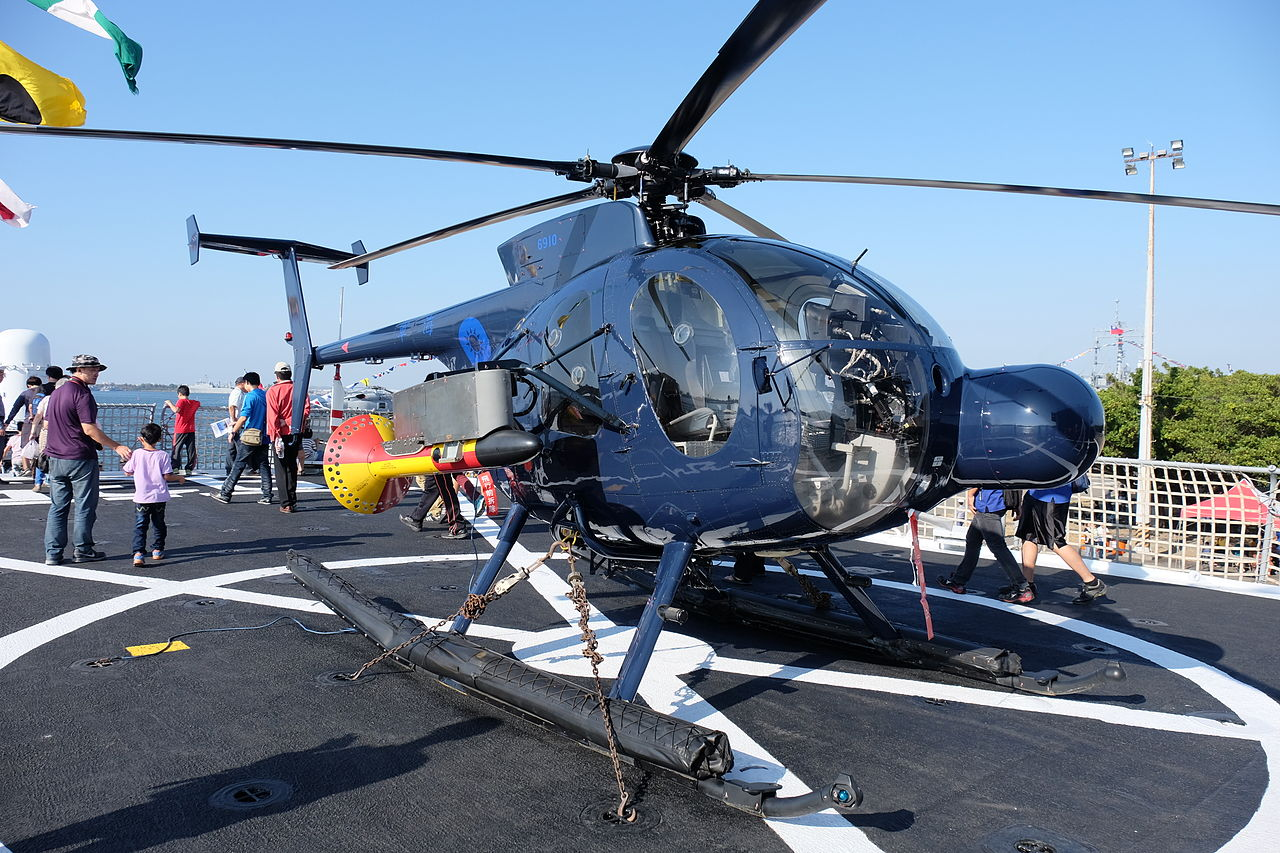 ROCN Hughes 500 6910 Carried on Lan Yang (FFG-935) Helicopter Deck Front Right View 20141123.jpg