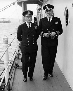 Sir Bertram Ramsay (à gauche) et John L. Hall, Jr. (25 mai 1944)
