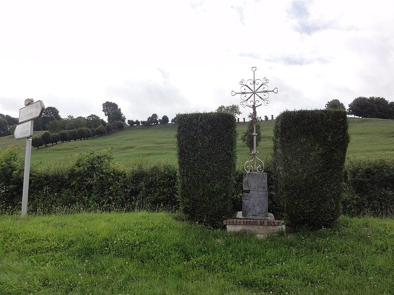 Saint-Algis (Aisne) paysage avec croix de chemin
