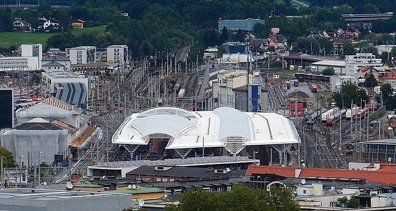 Datei:Salzburg Hauptbahnhof vom Mönchsberg.jpg