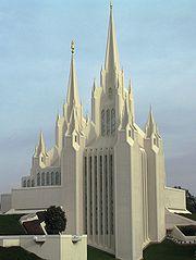 نمایی از یک پرستشگاه مورمون. این فرقه همانند دیگر ادیان آمریکا دارای فعالیتهای گستردهای میباشد.