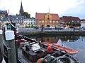Schlepper Jonny zum Abend mit der Schiffbrücke inklusive Kompagnietor im Hintergrund, (Flensburg im August 2015).jpg