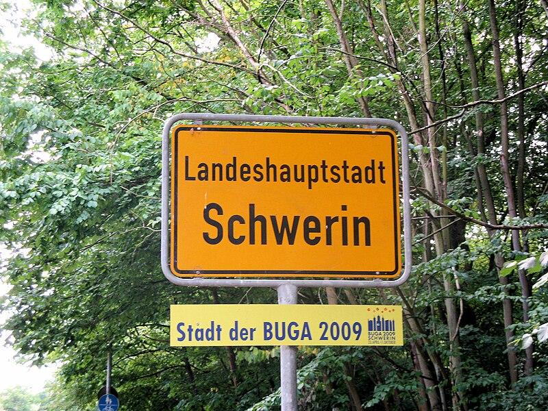 File:Schwerin Ortsschild BUGA 2008-06-17 033.jpg