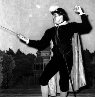Stage clothes - Image: Shakespearean.actor. in.fencing.stance
