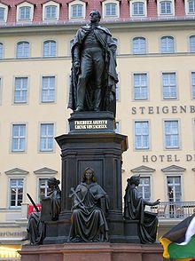 Statue auf dem Dresdner Neumarkt (Quelle: Wikimedia)