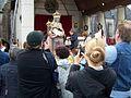 Statue entourée de fidèles.jpg