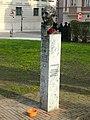 Stele vor dem Dom zu Augsburg.JPG