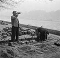Stratenmaker drinkt uit een fles tijdens het bestraten van de kade langs de Sein, Bestanddeelnr 252-9431.jpg